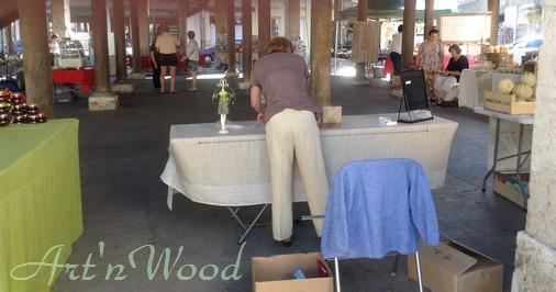 installation de mes créations artisanales au marché du terroir de Bracieux, Loir-et-Cher. Art`n Wood, sculptrice, artisan d`art, créatrice de bijoux et sculptures en matières précieuses naturelles